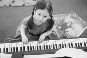 Kid learning how to play the piano